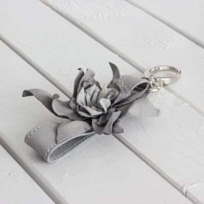 Leder Schlüsselanhänger mit Blume Grau